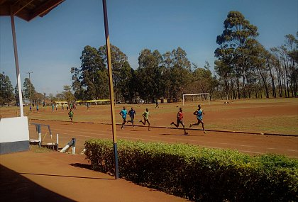 Das Photo von Langstreckenläufer beim Sprinttraining, Trainingsplatz des Chepkoilel Campus in Eldoret, Kenia, entstand im 